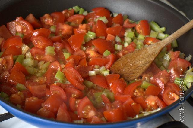 добавить помидоры и потушить 10 минут