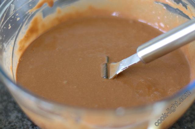 в яично-шоколадную смесь добавить муку, аккуратно перемешать, затем добавить кофе