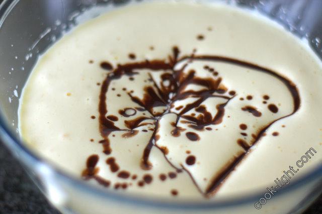 в яичную смесь добавить растопленный шоколад с маслом
