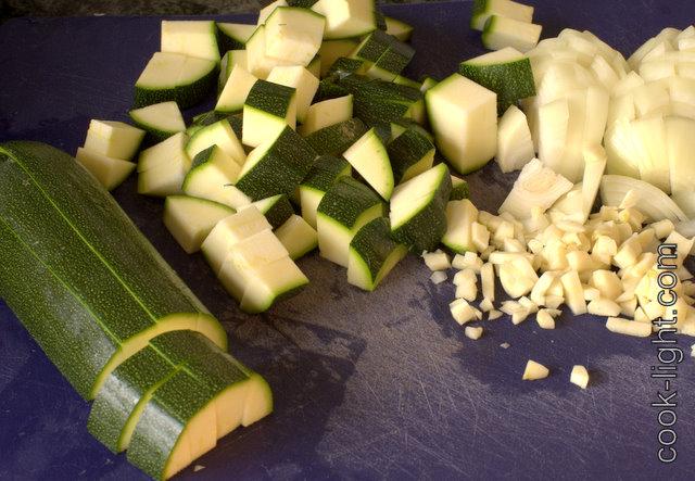 лук и чеснок почистить, кабачки вымыть и порезать кубиками