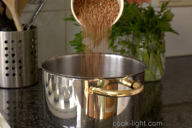 насыпать 1 чашку крупы