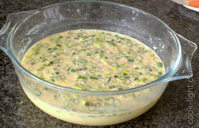 В миске смешать яйца, молоко и муку, туда же насыпать покрошенный лук