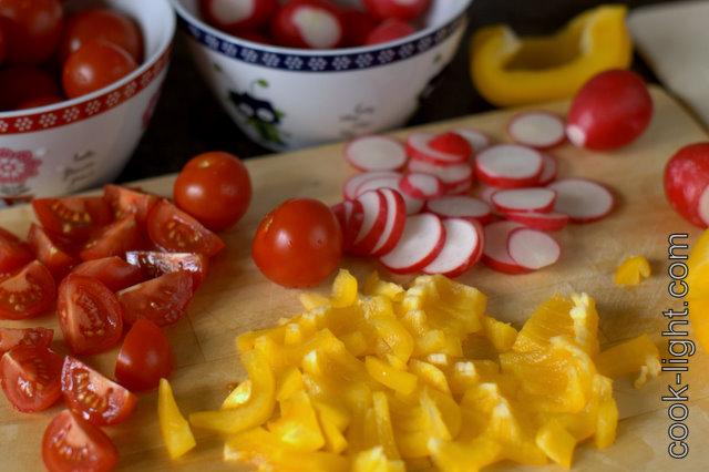 порезать помидорки - четвертинками, перец полосочками, редис кружочками
