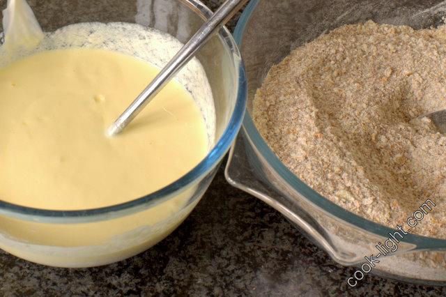 Взбить яйца с сахаром и добавить все сухие ингредиенты