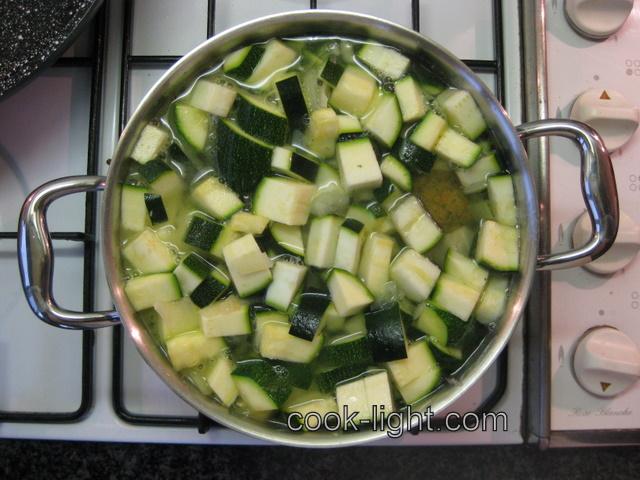 добавить бульон, специи и варить минут до мягкости кабачков