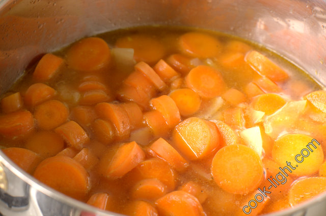 обжарить лук, добавить морковь, залить водой