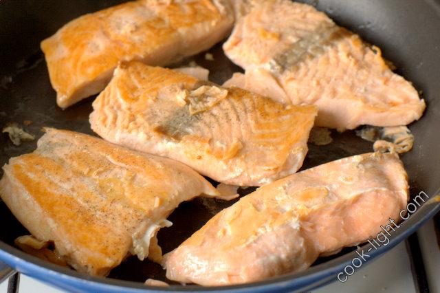 рыбу обжарить на сковородке и оставить остужаться