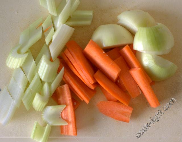 овощи для бульона крупно порезать и положить к курице