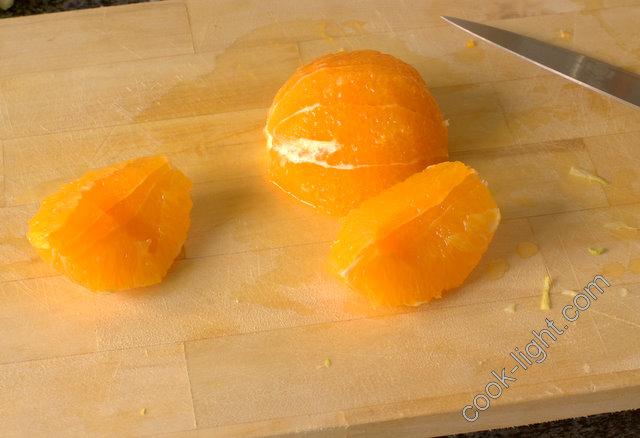 апельсин очистить от пленочек и порезать кубиками