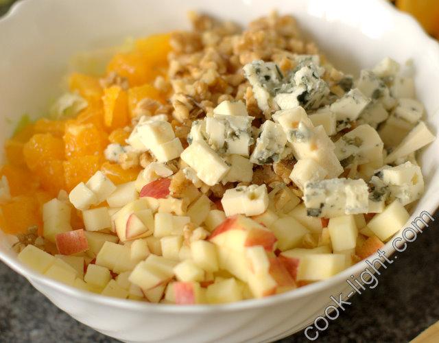 добавить порезанный сыр, заправить маслом и соком лимона
