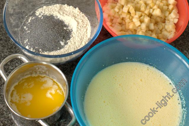 яйца слегка взбить с сахором, муку смешать с разрыхлителем и маком