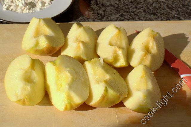 яблоки почистить от шкурки и от семечек