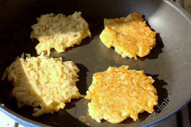 выкладывать тесто ложкой на горячую смазанную маслом сковороду