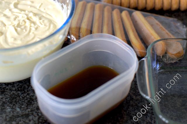 кофе налить в плоскую мисочку, что бы удобно было окунать печенье