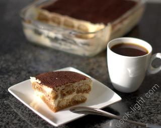 Тирамису и чашечка кофе
