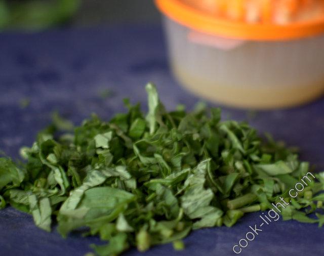 Выжать сок из лимона, покрошить базилик
