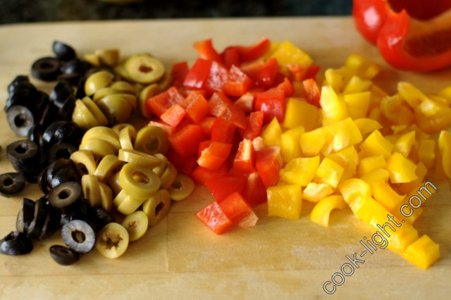 оливки порезать колечками, перцы - кубиками